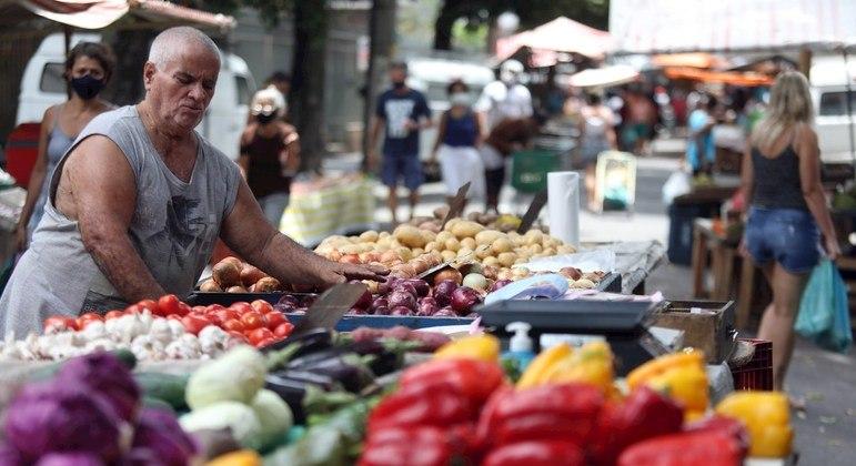 Alimentos e bebidas continuam a pressionar inflação em janeiro, mas com menos força