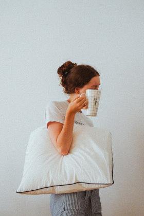 """Dormir mal e descansar pouco pode levar o indivíduo a aumentar a ingestão de alimentos ao longo do dia, porque o organismo precisa dessa energia extra, já que não descansou direito.""""Somos seres integrais. Nosso peso corporal é o resultado da interação de quatro pilares: a mente, as emoções, a alimentação e a parte espiritual"""