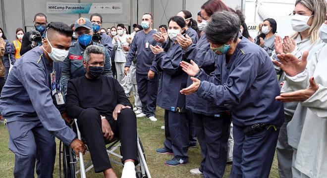 Paciente recuperado deixa hospital de campanha em São Paulo
