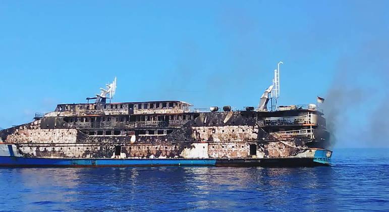 Chamas destruíram ferry boat completamente em alto mar na Indonésia