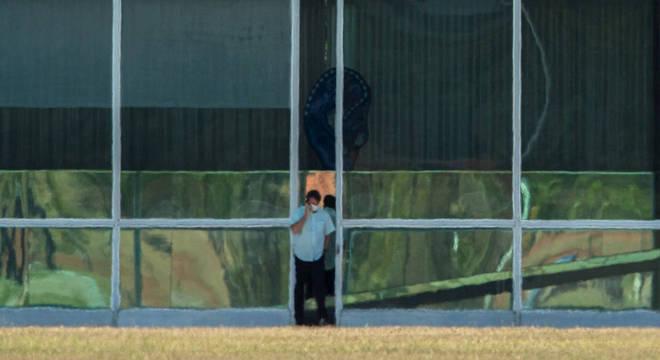 Bolsonaro fez caminhadas pelo Palácio do Alvorada entre as videoconferências