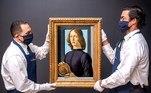 """-FOTODELDIA- USA6811. NUEVA YORK (NY, EEUU), 28/01/2021.- Fotografía cedida por Sotheby's donde aparecen dos de sus empleados mientras disponen la obra """"Young Man Holding a Roundel"""" (Hombre joven sujetando un medallón) pintada por el italiano Sandro Botticelli que fue vendida hoy, por 92,1 millones de dólares en una subasta celebrada en la sede neoyorquina de esta casa. El cuadro, de unos 540 años de antigüedad, es sólo uno de tres retratos pintados por Botticelli que permanecen en manos privadas, y pese a sus más de 5 siglos de vida, se encuentra en muy buenas condiciones. EFE/ Julian Cassady Sotheby's SOLO USO EDITORIAL NO VENTAS CRÉDITO OBLIGATORIO"""