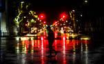 AME 8534. BUENOS AIRES (ARGENTINA), 08/04/2021.- Una persona camina por una calle hoy, durante el inicio a nivel nacional de una nueva etapa de restricciones para frenar la fuerte escalada de contagios de coronavirus, en Buenos Aires (Argentina). Las restricciones incluyen la prohibición de circular entre 12 y 6 de la madrugada, las actividades sociales en los domicilios y el uso del transporte público para quien no sea trabajador esencial. EFE/ Juan Ignacio Roncoroni