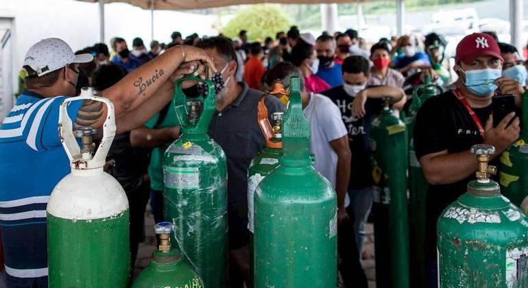 Fila para abastecer cilindros de oxigênio durante a crise no Amazonas, em janeiro