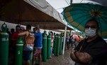 AME256. MANAOS (BRASIL), 19/01/2021.- Familiares de pacientes infectados con Covid-19 enfrentan horas de espera desde temprano en la mañana para abastecer sus cilindros de oxígeno en la empresa Carboxi, que comercializa gases en Manaos, Amazonas, Brasil, el 19 de enero de 2021. Una flota aérea, fluvial y terrestre comenzó este martes la distribución de las vacunas contra la covid en el colapsado estado brasileño de Amazonas, antídotos que tendrán que llegar hasta las aldeas más distantes, una apoteósica labor por las dificultades que impone la mayor selva del planeta. EFE / RAPHAEL ALVES