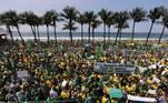 BRA01. RÍO DE JANEIRO (BRASIL), 07/09/2021.- Simpatizantes del presidente Jair Bolsonaro se manifiestan en apoyo del mandatario hoy, día de la Independencia brasileña, en la playa Copacabana de Río de Janeiro (Brasil). Además de las manifestaciones convocadas por la extrema derecha, grupos de oposición también salen a las calles este martes, cuando Brasil celebra el aniversario de su independencia. EFE/ Antonio Lacerda