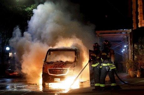 Em NY, viaturas da polícia foram incendiadas
