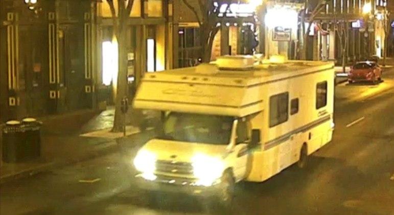 Polícia de Nashville divulgou imagem de veículo que estaria ligado à explosão. Três se feriram