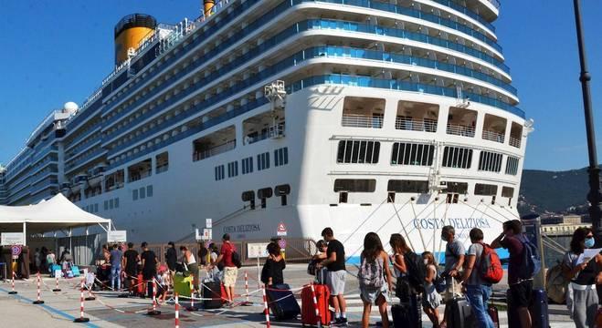 Passageiros embarcam em cruzeiro da companhia Carnival antes da pandemia