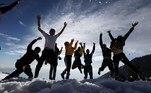 -FOTODELDIA- EA7017. DHARAMSALA (INDIA), 29/11/2020.- Un grupo de turistas juega en la nieve en Triund, a 2.828 metros sobre el nivel del mar cerca de Dharamsaa, India, este domingo. La ola de frío que azota el país ha bajado las temperaturas en muchas regiones del país donde se han registrado las primeras nieves de la temporada. EFE/ Sanjay Baid