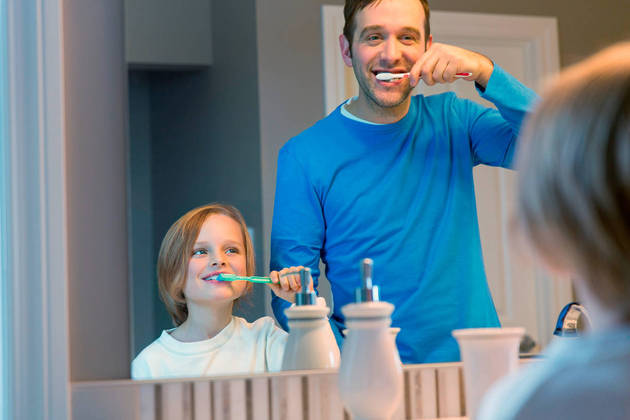 Escovar os dentes pode deixar de ser uma atividade rotineira para se tornar um momento familiar único (foto BluaU-Sanitas)