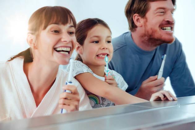 Compartilhar uma atividade que incentive a aquisição de hábitos saudáveis como higiene bucal, ir ao dentista e fazer check-up juntos beneficia a criança e suas relações familiares (foto BluaU-Sanitas)