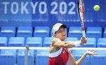 Agora, vamos aumentar o tamanho da bola. A suíça Viktorija Golubic devolve a bola para Maria Camila Osorio Serrano, da Colômbia, durante o torneio de simples do tênis olímpico neste sábado