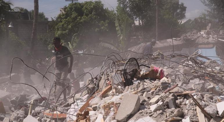 Jovem haitiana foi resgatada por pais e vizinho após terremoto atingir o país