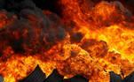 -FOTODELDIA- GRAF7875. FERROL, 27/05/2021.- vista de la barricada de neumáticos quemados por ls trabajadores del sector Naval de Ferrol este jueves durante una manifestación para demandar carga de trabajo para los astilleros. EFE/ Kiko Delgado