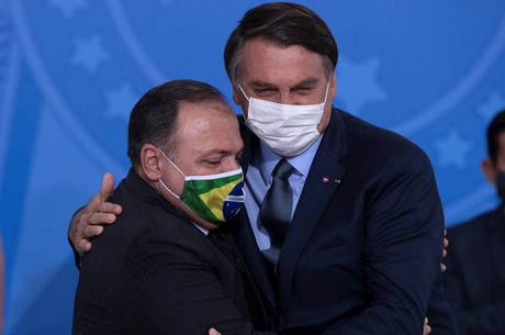 Na imagem, Jair Bolsonaro e Eduardo Pazuello