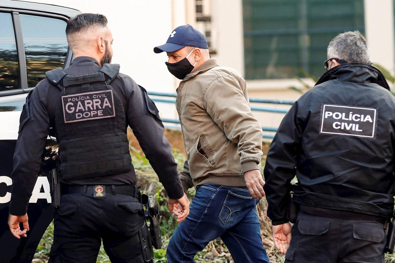 Após exame, Fabrício Queiroz chega ao presídio de Benfica ...
