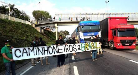 Caminhoneiros na rodovia Régis Bittencourt