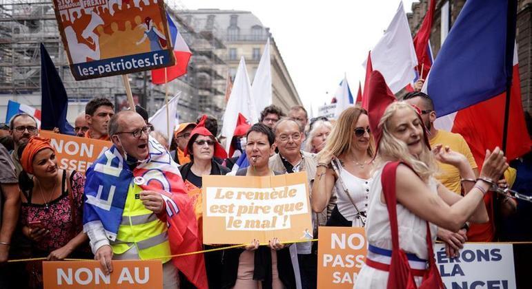 Franceses ocuparam as ruas de diversas cidades neste sábado (17) contra medidas sanitárias