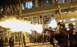 """LIMA (PERÚ), 11/11/2020.- Fuertes enfrentamientos entre la policía y manifestantes la noche de ayer en Lima, en el que la policía dispersa a manifestantes que marchan hacia el Palacio de Gobierno y el Palacio Legislativo en Lima (Perú). La capital peruana vivió durante todo este martes protestas contra la toma de mando del presidente del Congreso, Manuel Merino, como jefe de Estado de Perú en reemplazo de Martín Vizcarra, destituido por el Legislativo por """"incapacidad moral"""". EFE/Aldair Mejía"""