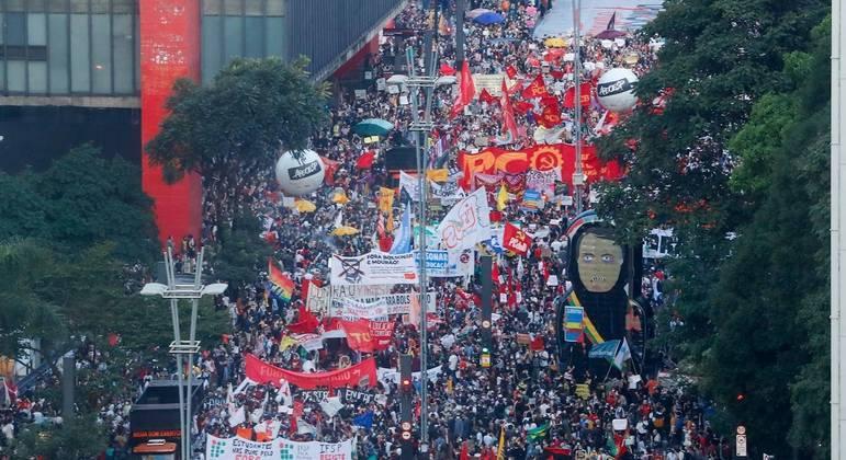 Manifestantes se identificaram com camisetas vermelho-PT
