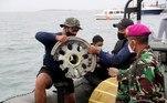 As autoridades do país informaram que uma flotilha de pequenas embarcações localizou os equipamentos, que poderão elucidar o que ocorreu com a aeronave, que levava 62 pessoas a bordo da capital Jacarta para Pontianak