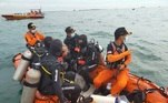 As equipes de busca e resgate encontraram, na noite deste domingo (10) na Indonésia, manhã no Brasil, as caixas pretas do Boeing 737-500, da companha aérea Sriwijaya Air, que caiu no mar no último sábado. Nesta imagem, os mergulhadores se preparam para mais uma imersão