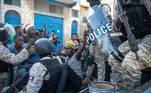 """FOTODELDÍA- AME3998. PUERTO PRÍNCIPE (HAITÍ), 07/02/2021.- Miembros de la policía detienen a un hombre durante unas protestas para forzar la renuncia del presidente de Haití, Jovenel Moise, hoy, en Puerto Príncipe (Haití). El presidente de Haití, Jovenel Moise, reafirmó que no abandonará el poder este domingo como exigen la oposición y otros sectores del país y, en cambio, llamó al diálogo """"para dar otro rumbo al país"""". EFE/ Jean Marc Herve Abelard"""