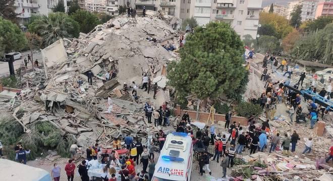 Diversos prédios em Izmir desabaram após o terremoto desta sexta