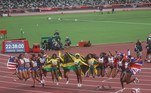 -FOTODELDÍA- TOKIO, 06/08/2021.- El equipo de Jamaica (c-oro), el de Estados Unidos (i-plata) y el de Reino Unido (d-bronce) celebran tras la prueba de relevos 4x100 femeninos en los Juegos Olímpicos de Tokio 2020 este viernes en el estadio olímpico en Tokio (Japón). EFE/ Juan Ignacio Roncoroni