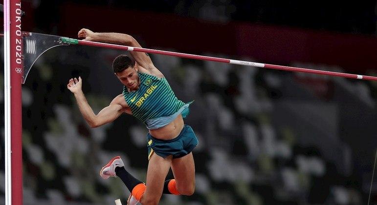 Thiago Braz em ação na final do salto com vara em Tóquio 2020: bronze para o brasileiro