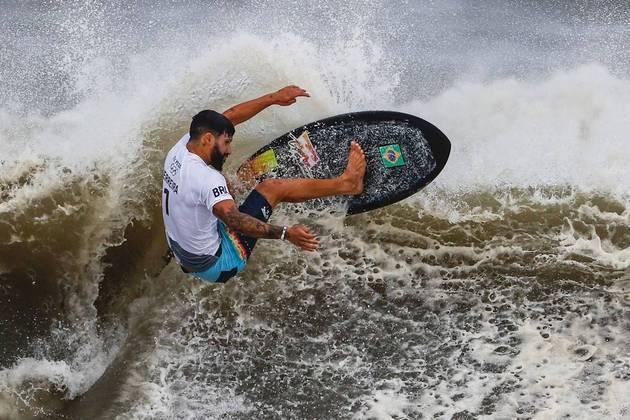 EVE1337. TSURIGASAKI (JAPÓN), 27/07/2021.- El brasileño Italo Ferreira compite en la final masculina de surf en los Juegos Olímpicos Tokio 2020, este martes en la playa de Tsurigasaki (Japón). EFE/ Miguel Gutiérrez
