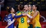 EVE7883. TOKIO, 04/08/2021.- Las jugadoras brasileñas celebran un punto ante Rusia durante el partido de cuartos de final de Voleibol femenino entre Brasil y Rusia de los Juegos Olímpicos de Tokio 2020 disputados en el Arena Ariake de Tokio este miércoles. EFE/ Fernando Bizerra