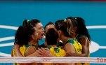 EVE7837. TOKIO, 04/08/2021.- Las jugadoras brasileñas celebran un punto ante Rusia durante el partido de cuartos de final de Voleibol femenino entre Brasil y Rusia de los Juegos Olímpicos de Tokio 2020 disputados en el Arena Ariake de Tokio este miércoles. EFE/ Fernando Bizerra