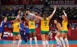 EVE7884. TOKIO, 04/08/2021.- Las jugadoras brasileñas celebran un punto ante Rusia durante el partido de cuartos de final de Voleibol femenino entre Brasil y Rusia de los Juegos Olímpicos de Tokio 2020 disputados en el Arena Ariake de Tokio este miércoles. EFE/ Fernando Bizerra