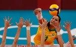 EVE7804. TOKIO, 04/08/2021.- La brasileña Tandara Caixeta trata de anotar durante el partido de cuartos de final de Voleibol femenino entre Brasil y Rusia de los Juegos Olímpicos de Tokio 2020 disputados en el Arena Ariake de Tokio este miércoles. EFE/ Fernando Bizerra