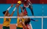 EVE7815. TOKIO, 04/08/2021.- Las brasileñas Ana Carolina da Silva (i) y Gabriela Braga (c) tratan de bloquear el tiro de la rusa Nataliya Goncharova (d) durante el partido de cuartos de final de Voleibol femenino entre Brasil y Rusia de los Juegos Olímpicos de Tokio 2020 disputados en el Arena Ariake de Tokio este miércoles. EFE/ Fernando Bizerra