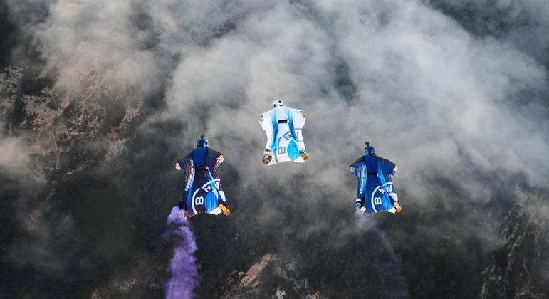 Ao lado de outros dois praticantes do base jumping, paraquedista atingiu 300 km/h