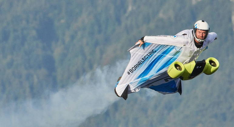 Paraquedista profissional austríaco foi o responsável por fazer o primeiro voo do traje