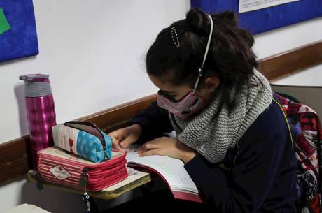 Estudantes voltam às aulas no exterior