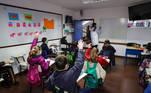 AME1007. MONTEVIDEO (URUGUAY), 06/07/2020.- Fotografía fechada el 2 de julio de 2020 que muestra una estudiante del Colegio Español Cervantes en Uruguay durante el retorno de las clases presenciales en Montevideo (Uruguay). La baja incidencia del COVID-19 en Uruguay y el estricto protocolo sanitario aprobado llevaron al país sudamericano a convertirse en el primero de Latinoamérica en retomar la presencialidad en la educación, después de más de 3 meses en los que las plataformas virtuales fueron su principal aliado. El uso de mascarilla al llegar, la limpieza del calzado en una alfombra sanitaria, la desinfección de manos y dar respuestas a un breve cuestionario son algunos de los pasos que los estudiantes deben afrontar antes de acceder al aula, en el que deben mantener distancia con sus compañeros. EFE/ Raúl Martínez