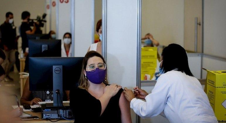 Profissionais de saúde são vacinados em São Paulo