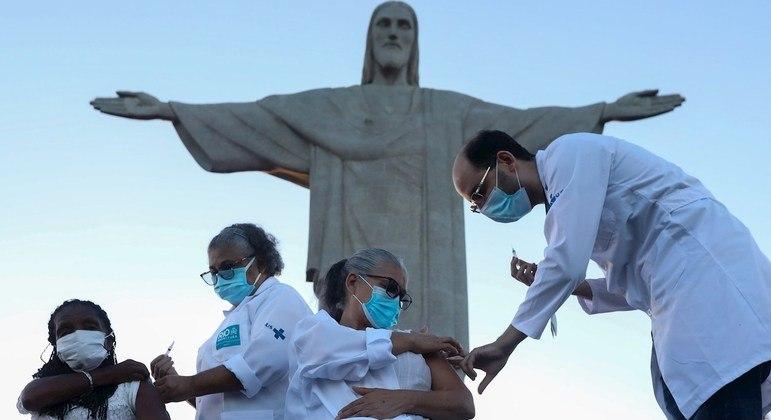 Vacinação de população vulnerável ocorre como ato simbólico no Rio