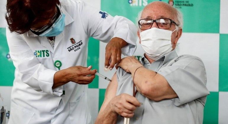 Delio Lima, de 91 anos, recebe a primeira dose da CoronaVac