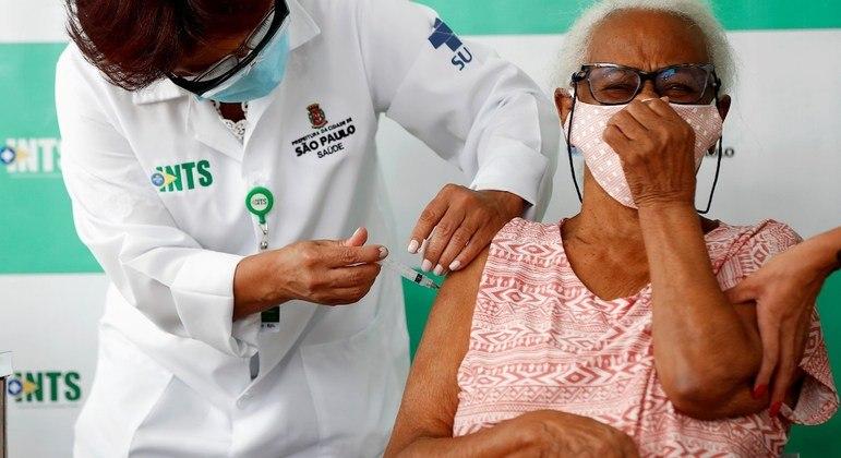Maria de Lourdes Gomes, de 91 anos, recebe a primeira dose de CoronaVac em SP