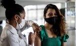BRA01. RIO DE JANEIRO (BRASIL), 26/08/21.- Una joven es vacunada contra la covid-19 en Río de Janeiro. La ciudad de Río de Janeiro comienza a vacunar a las adolescentes de 17 años con Pfizer, para el combate contra el Coronavírus. La variante delta, que fue identificada por primera vez en India y que ya está presente en 135 países de todo el mundo, es responsable del 72 % de los nuevos contagios en Río, lo que ha convertido a la ciudad en el epicentro en Brasil de esta cepa, según expertos. EFE/Antonio Lacerda