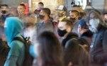 AME8293. DF (BRASIL), 26/02/2021.- Peronas usan tapabocas para prevenir la covid-19 hoy, en una calle de Brasilia (Brasil). Un año después del primer caso de coronavirus, que fue además el primero de América Latina, la pandemia sigue fuera de control en Brasil, con 250.000 muertos y un presidente que se niega a reconocer su gravedad, mientras la nueva cepa amazónica se extiende en silencio por el país. EFE/Joédson Alves