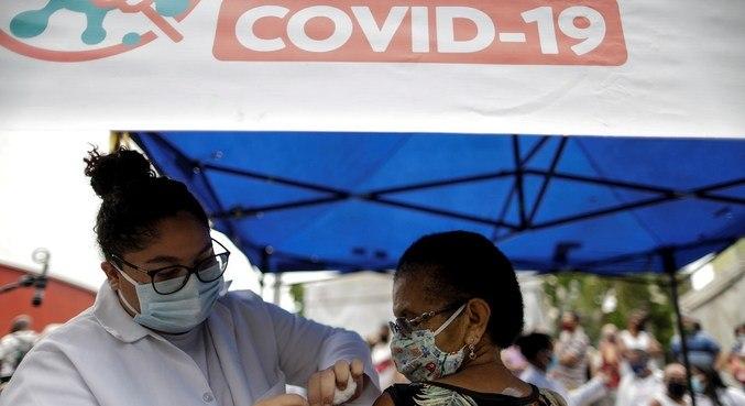 Vacinação em Duque de Caxias (RJ), nesta segunda-feira (3)