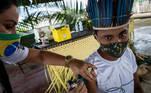 BRA02. AUTAZES (BRASIL), 06/02/21.- Una trabajadora del Distrito Sanitario Especial Indígena (DSEI) de Manaos vacuna a la indígena Ruan Viana, de 18 años, el 5 de febrero de 2021, en el municipio de Autazes, estado de Amazonas (Brasil). En condiciones extremas, la vacunación contra la covid-19 de las comunidades indígenas de la Amazonía brasileña se ha convertido en una odisea a contrarreloj, ante el repentino aumento de contagios y la irrupción de la nueva variante del virus que ya preocupa a medio mundo. EFE/ Raphael Alves