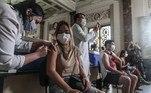 AME9498. RIO DE JANEIRO (BRASIL), 18/08/2021.- Una persona recibe una dosis de la vacuna contra covid-19 hoy, en el Palácio Tiradentes, antigua sede de la Asamblea Legislativa, en Río de Janeiro (Brasil). Brasil volvió a registrar más de 1.000 muertes en un solo día asociadas al coronavirus, pero mantiene la desacelerada de la pandemia evidenciada en las últimas semanas con los promedios más bajos del año, mientras avanza la vacunación a la población, según las cifras divulgadas por el Ministerio de Salud. EFE / André Coelho